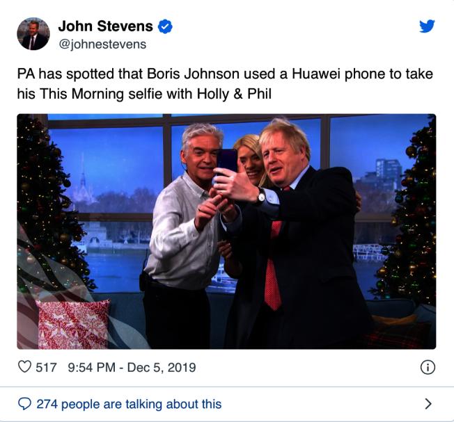 英國首相強生(右)自拍時使用的手機顯然是華為產品。(取材自推特)