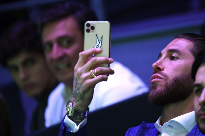 研究發現,手機使用時分心不慎,會增加顏面割傷、瘀傷和骨折的風險。(Getty Images)