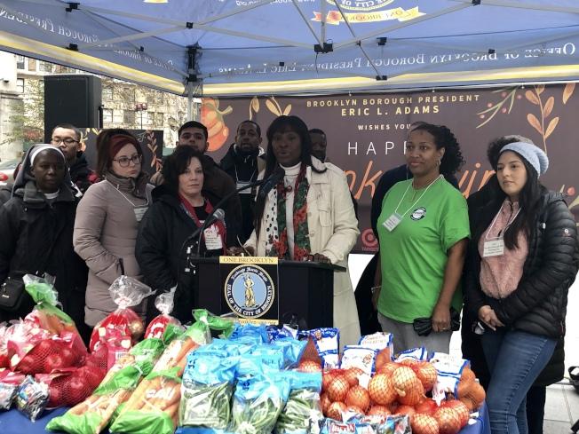 路易絲(中)代替亞當斯主持「植物派發活動」,捐出超過7000磅的健康蔬果給社區組織。(記者顏潔恩/攝影)