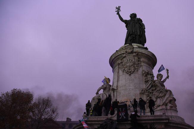 示威者5日攀上巴黎「共和廣場」抗議政府退休年金修改。(Getty Images)