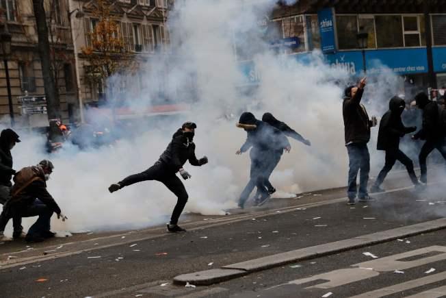巴黎抗議者與警方對峙,被警方以催淚彈驅離。(Getty Images)