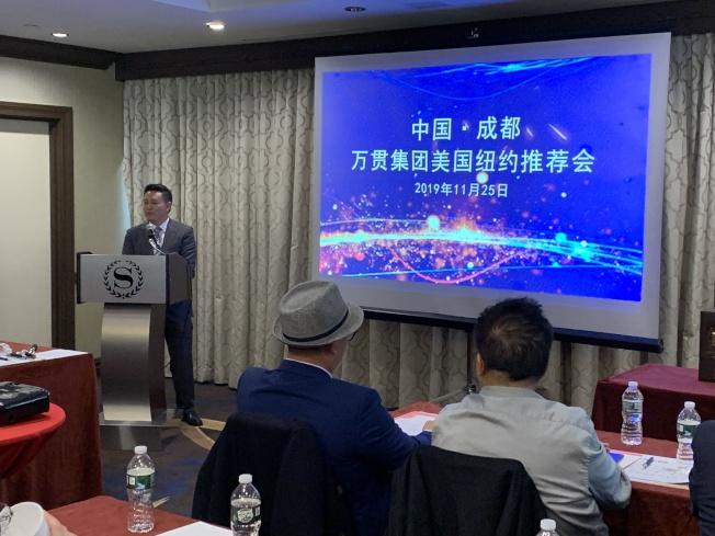陳清華(說話者)表示,中國四川成都市青白江自從2017年成為自由貿易試驗區後,成為五金機電商戶的聚集地。(記者賴蕙榆/攝影)
