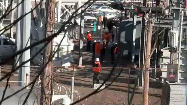 美鐵公司一座變壓器爆炸,致一死兩傷。圖為事發後相關人員進行調查。(ABC紐約地方電視台截圖)