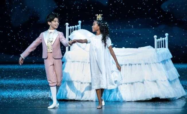 11歲的芭蕾舞者夏綠蒂‧內布勒斯成為「紐約市芭蕾舞團」創團以來,擔任芭蕾舞劇「胡桃鉗」女主角瑪麗的第一位非裔。圖為夏綠蒂(右)與王子的劇照 。(紐約市芭蕾舞團劇照)