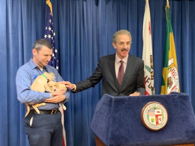 洛杉磯市檢察長富爾幫民眾剖析領養寵物詐騙案手法。(記者王子銘/攝影)