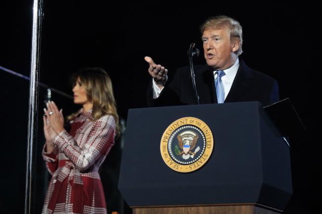 川普總統5日推文批評彈劾調查,並指他「終將獲勝」。圖為川普夫婦2日在華府出席為國家耶誕樹點燈儀式。(美聯社)