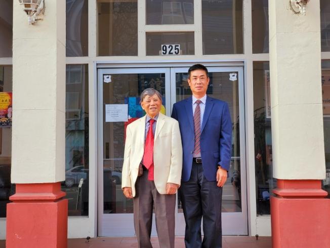 聶澤英(右)謝伯煥(左)宣布競選2020年中華會館正副主席。(聶澤英提供)