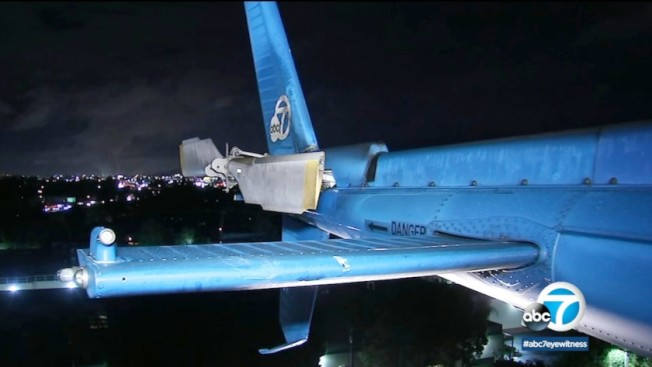 KABC-TV 7號電視台新聞採訪直升機,遭無人機碰撞,機尾被撞出一個洞,飛行員立即降落,以策安全(ABC7 Los Angeles)