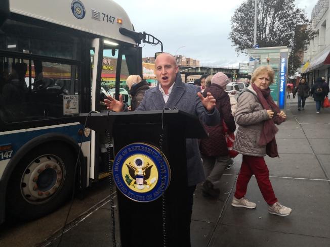 羅斯宣布獲得900萬元聯邦經費,修整布碌崙南區公車候車站。(記者黃伊奕/攝影)
