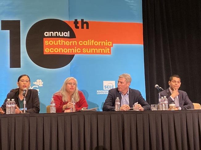 經濟學家、開發商、民選官員等專家在5日的南加州經濟高峰會上,探討如何共同提供更多住房及解決住房危機之道。(記者謝雨珊/攝影)