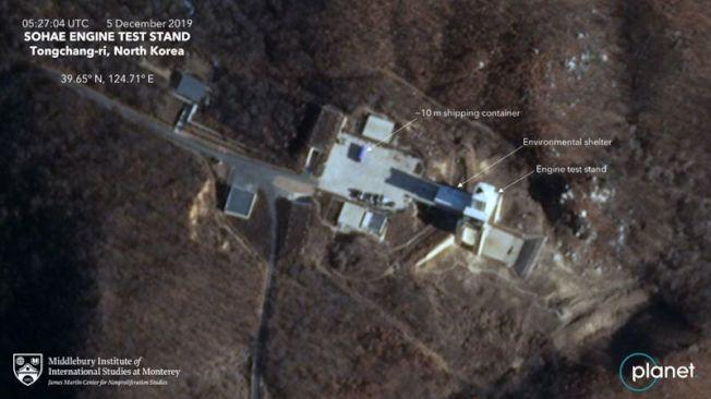 星球實驗室公司商業衛星拍下的照片顯示,川普曾表示金正恩已允諾拆除的北韓的西海衛星發射基地出現新活動,設施的發動機測試台上有個大型船運貨櫃。(取材自推特)