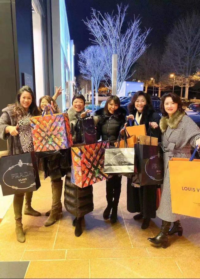 眾多華人到長島Americana Manhasset購物中心參加慈善冠軍活動。(李德怡提供)
