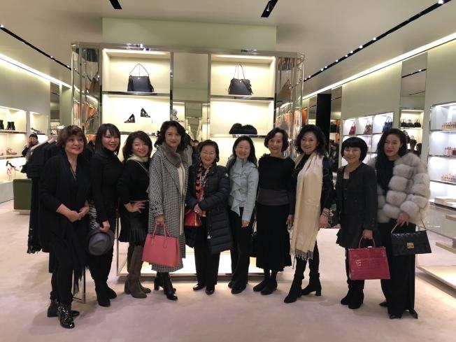 眾多華裔消費者參加「慈善冠軍」,為清寒學子送暖。(李德怡提供)