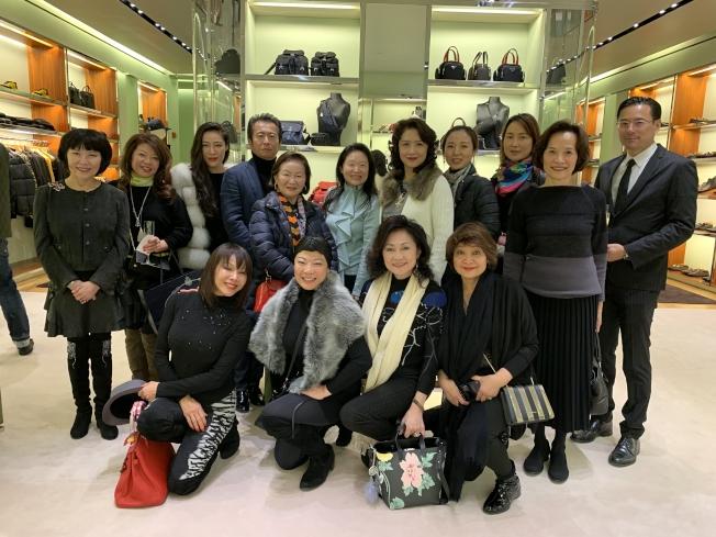 眾多華人共襄盛舉,參加慈善冠軍活動;二排左六為李德怡。(記者牟蘭/攝影)