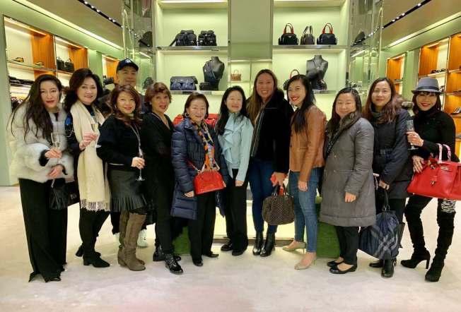 李德怡(前排左六)表示,希望更多民眾參與「慈善冠軍」為華裔清寒學子送愛。(記者牟蘭/攝影)