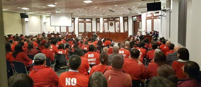 當天現場擠滿了身穿紅衣、反對瀝青廠的民眾。(記者閻尚恩/攝影)