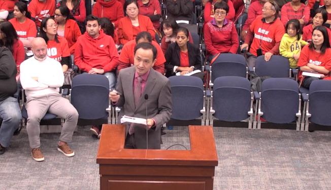 「反瀝青廠委員會」召集人陳贇表達反對意見。(取自福賽斯郡委員會影片截圖)