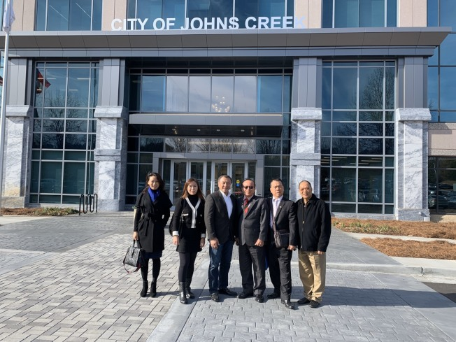 協會代表在瓊斯溪市市議員林怡正(左三)的帶領下拜訪該市政府。右三為吳俊億。(桃園航空城發展協會提供)