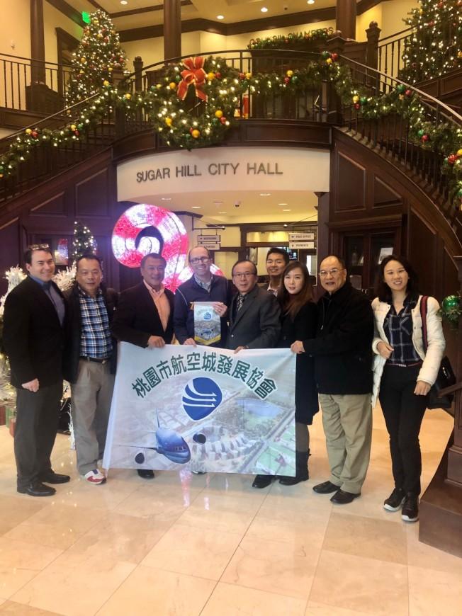 桃園市航空城發展協會代表一行人,拜會Sugar Hill市政府。左三起為林怡正、安德森(Taylor Anderson)、吳俊億。(桃園航空城發展協會提供)