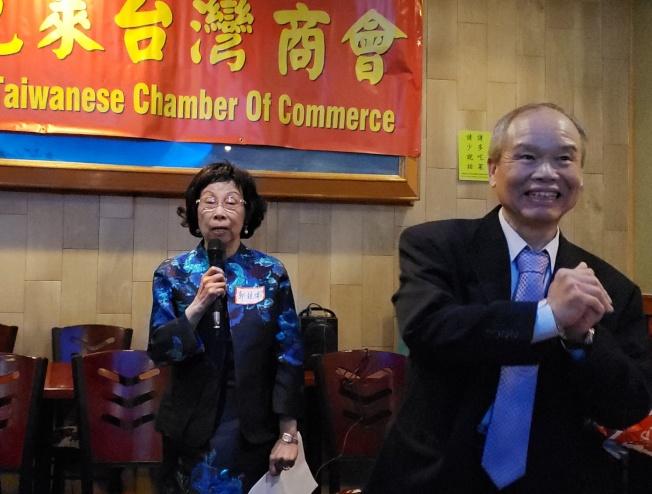 波克萊台商會財務長郭競儒(左)報告該度該會捐款情形,會員為捐款3000元的該創會會長游勝雄(右)喝采。(記者唐嘉麗╱攝影)