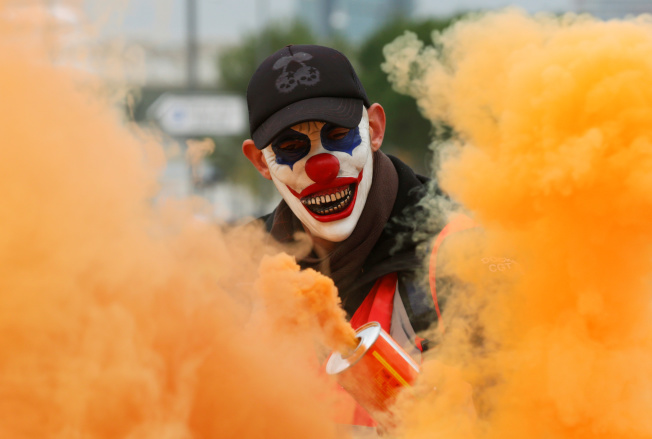 戴者小丑面具的示威者。(路透)