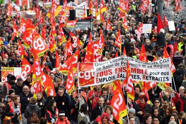 法國工會5日展開無限期全國大罷工,造成國內大眾運輸、學校和其他服務癱瘓,為抗議總統馬克宏將年金制度統一的改革計畫。圖為在馬賽的示威大場面。(Getty Images)