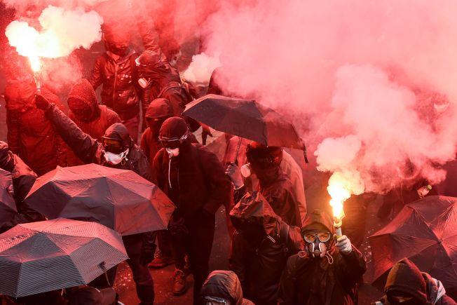 法國西北部大西洋沿岸重要城市南特,運輸工人5日也響應全國運輸無限期大罷工,抗議政府年金改革。(Getty Images)