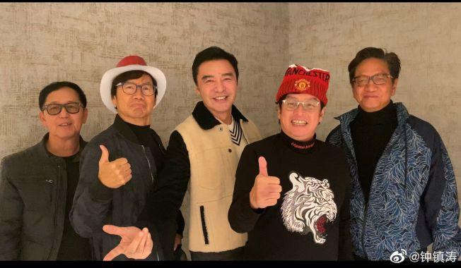陳友(右起)、譚詠麟、鍾鎮濤、彭健新、葉智強的溫拿樂隊五人合影。(取材自微博)