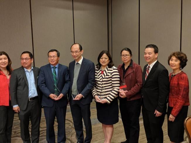 亞裔商會卸任董事會成員薪火相傳。(記者蕭永群/攝影)