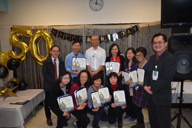 服務華埠公共衛生局10年以上的醫務工作者獲市長布里德、市議會議長余鼎昂和市議員佩斯金表彰。(記者黃少華/攝影)