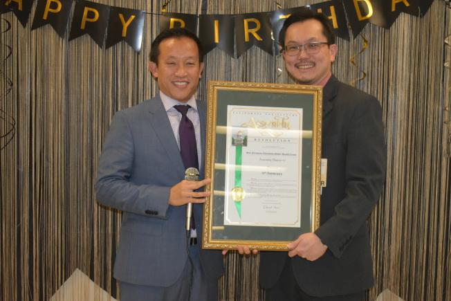 加州眾議員邱信福(左)向華埠公共衛生局局長及醫務主任白幹榮(右)頒發表揚狀。(記者黃少華/攝影)