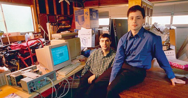 1998年9月4日,佩吉和布林創辦Google,當時他們還是史丹福的博士班學生。圖中的辦公室就是兩人創辦Google時使用的史大辦公室。(Getty Images)