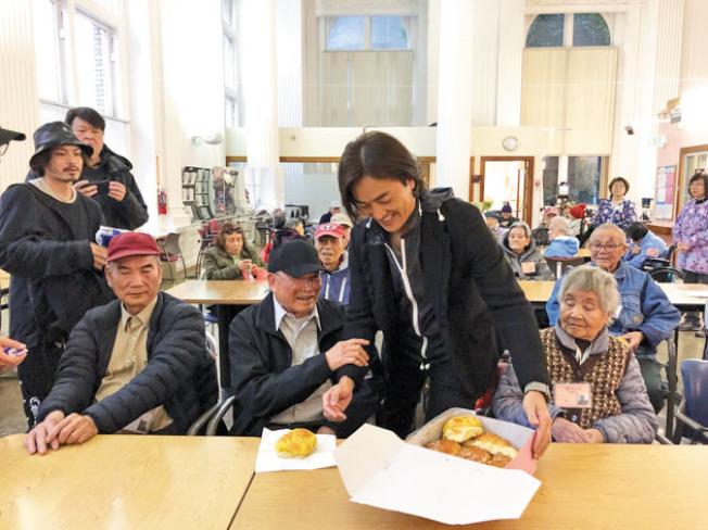 鄭伊健給家橋驛社的老人派送食物。(記者劉先進/攝影)