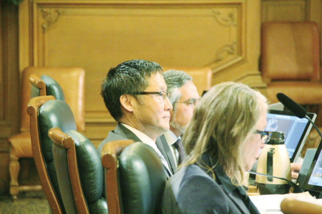 馬兆明(左)牽頭另外七名市議員反對SB50法案。這也是他今年第二次提出這個決議。(記者李晗/攝影)