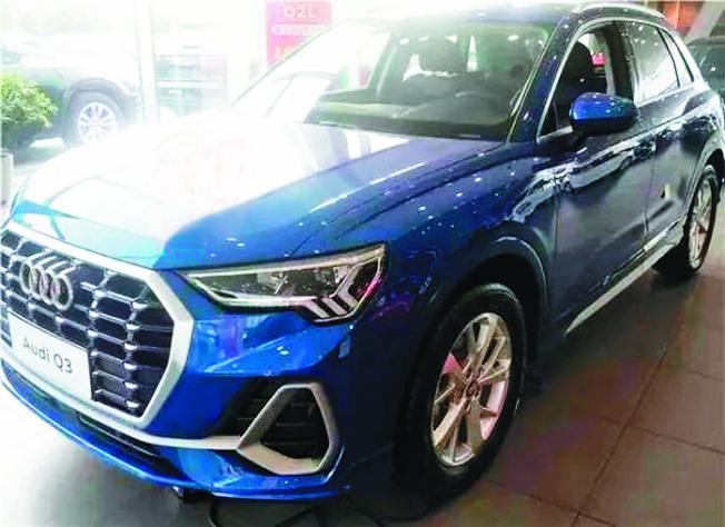 桂林一對夫婦到銷售公司看車,但3歲小女兒卻拿小石子劃傷10輛奧迪車。(取材自桂林微報)