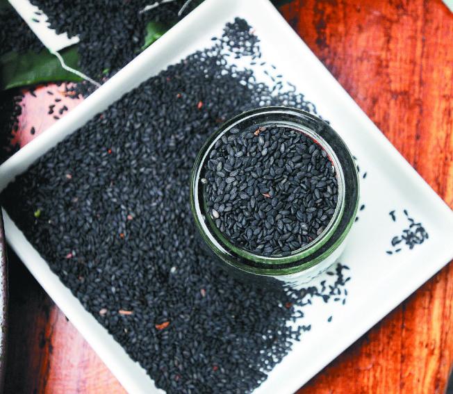 黑芝麻等黑色的食材可以幫忙補腎。(本報資料照片)