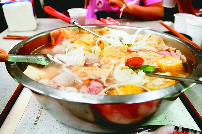吃火鍋可先煮青菜、喝湯,一旦燙過肉品、煮過火鍋料,就不要再喝湯。(本報資料照片)