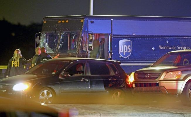 遭歹徒劫持的UPS貨車車身彈孔明顯可見。(美聯社)
