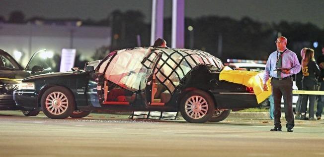 佛州警匪追逐槍戰後,警方將一輛有屍體在內的車輛遮蓋,在現場蒐證。(美聯社)