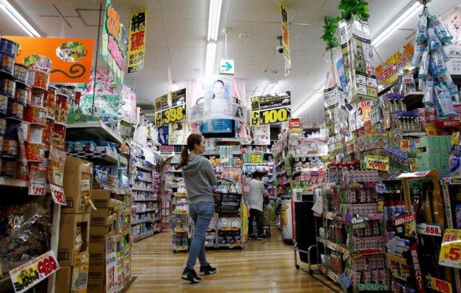 日本家庭受10月調漲消費稅影響,在家電製品及鐵路定期票等廣泛品項的消費減少。路透
