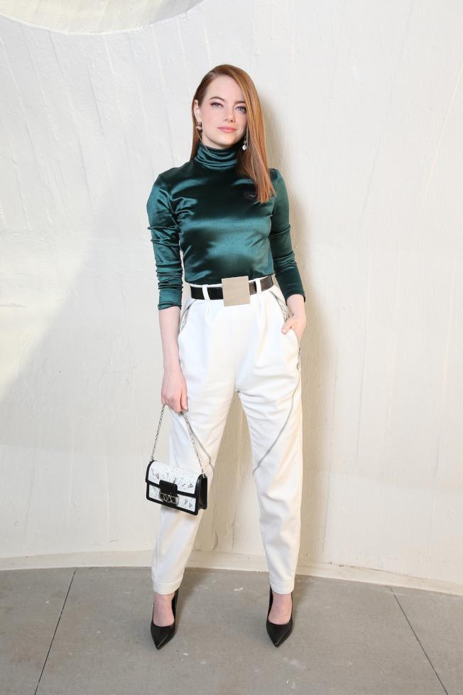 艾瑪史東以帥氣褲裝出席路易威登2020早春秀。圖/LV提供