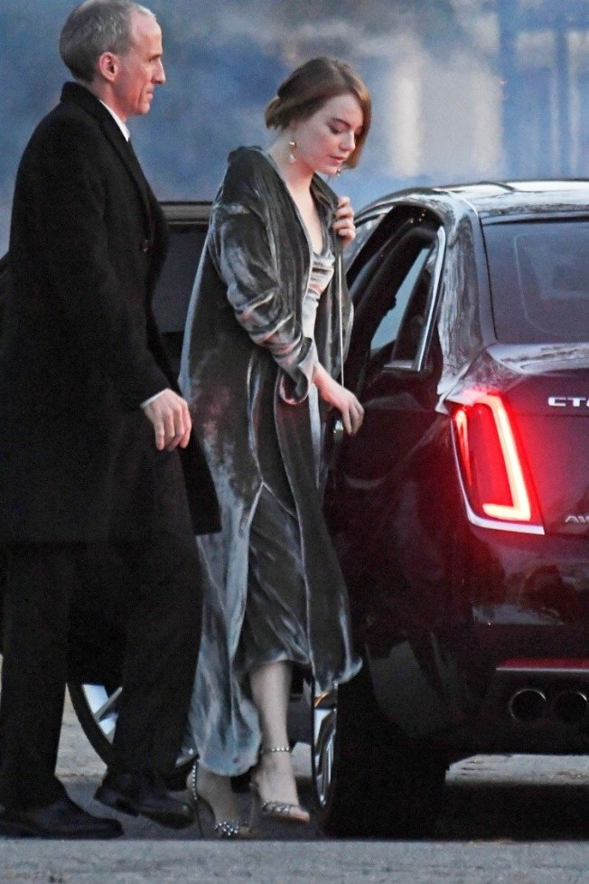 艾瑪史東在珍妮佛勞倫斯婚禮上穿了Juan Carlos Obando的長袍和晚裝,搭配Aquazzura跟鞋。圖/達志影像