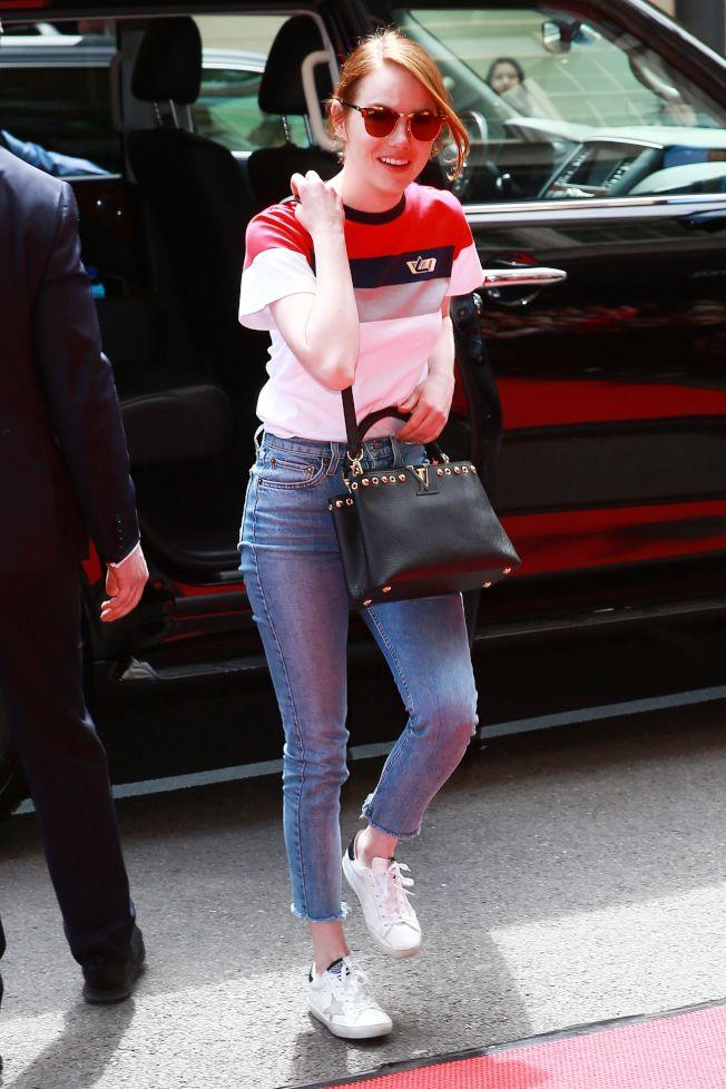 日常私服相當率性的艾瑪史東穿Golden Goose休閒鞋,搭配Ray Ban太陽眼鏡和路易威登Capucines手袋。圖/取自pinterest