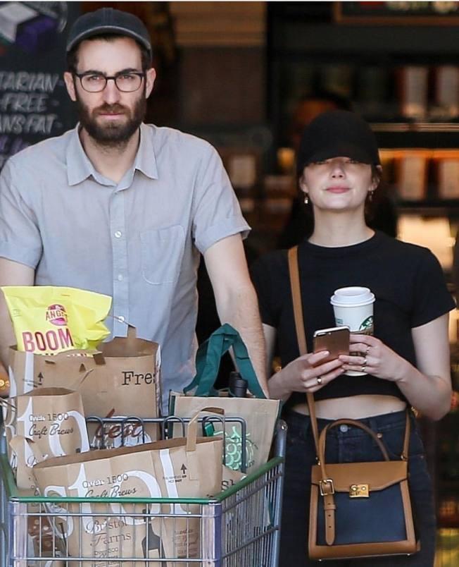 艾瑪史東日常穿搭超隨性,唯獨鍾愛路易威登LV Arch手袋15萬5,000元。圖/取自IG