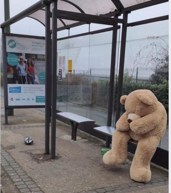 等公車的泰迪熊。(取自臉書「Les nounours des gobelins」)
