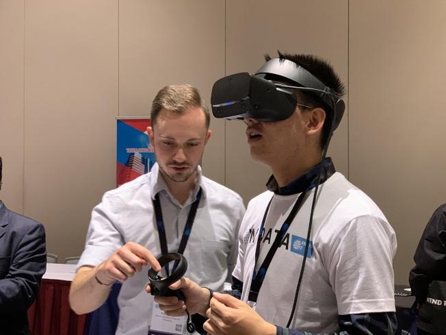 遊客體驗VR虛擬實境遊戲。(記者王子銘/攝影)