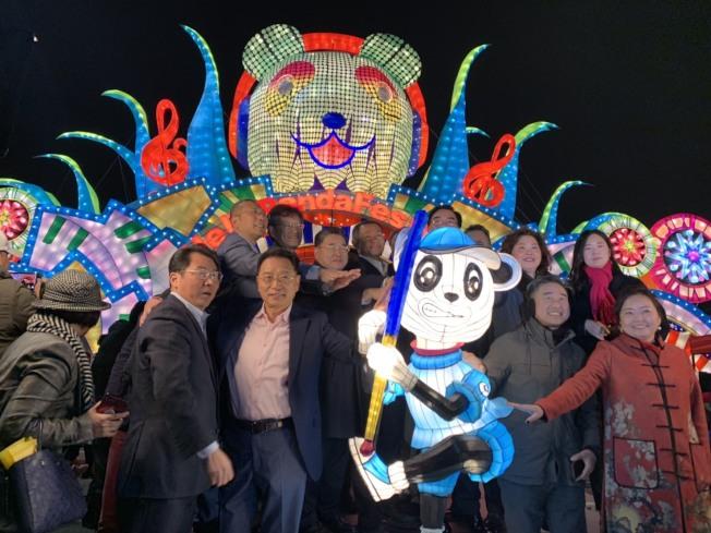 北美最大規模彩燈盛會Hello Panda Festival,6日晚開幕,民選官員與社區代表齊聚寒風中點燈。 (記者賴蕙榆/攝影)