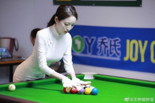 王鐘瑤穿旗袍裁決撞球賽事。(取材自微博)