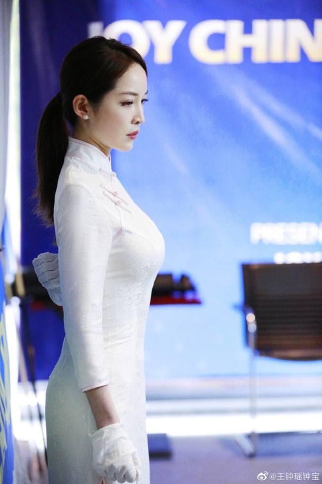 穿著貼身旗袍的王鐘瑤,展露完美的S型曲線。(取材自微博)