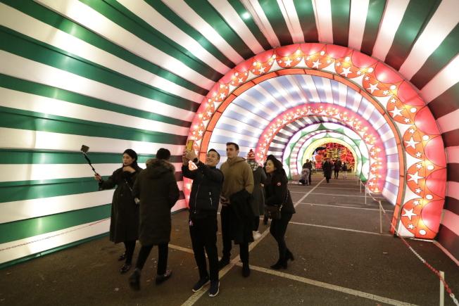 穿過入口隧道,進入彩燈世界。(記者呂賢修╱攝影) 。